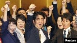 아베 신조 일본 총리가 8일 도쿄에서 열린 집권 자민당 총재 선거 출정식에서 지지 의원들과 환호하고 있다.