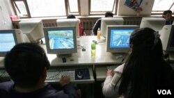 Beijing masih membatasi lisensi telepon internet hanya kepada perusahaan milik pemerintah Tiongkok.