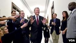 Ketua Komisi Keuangan Senat AS, Senator Max Baucus dihadang oleh para wartawan di kantor Senat AS (21/11).