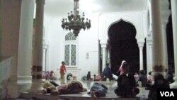 Warga Banda Aceh tetap bertahan mengungsi di Masjid Raya Baiturrahman (11/4), yang juga jadi tempat menyelamatkan diri saat tsunami Desember 2004.