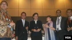 Dirjen Industri Unggulan Berbasis Teknologi Tinggi Kementerian Perindustrian, Budi Darmadi (kedua dari kiri) usai penandatanganan kerjasama dengan pihak Amerika Serikat Selasa 8/10 (foto: VOA/Muliarta).
