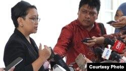 Menteri Luar Negeri Retno Marsudi (kiri) memberikan keterangan pers di Istana Merdeka, Jakarta hari Rabu 3/8 (Foto: Biro Pers Kepresidenan).