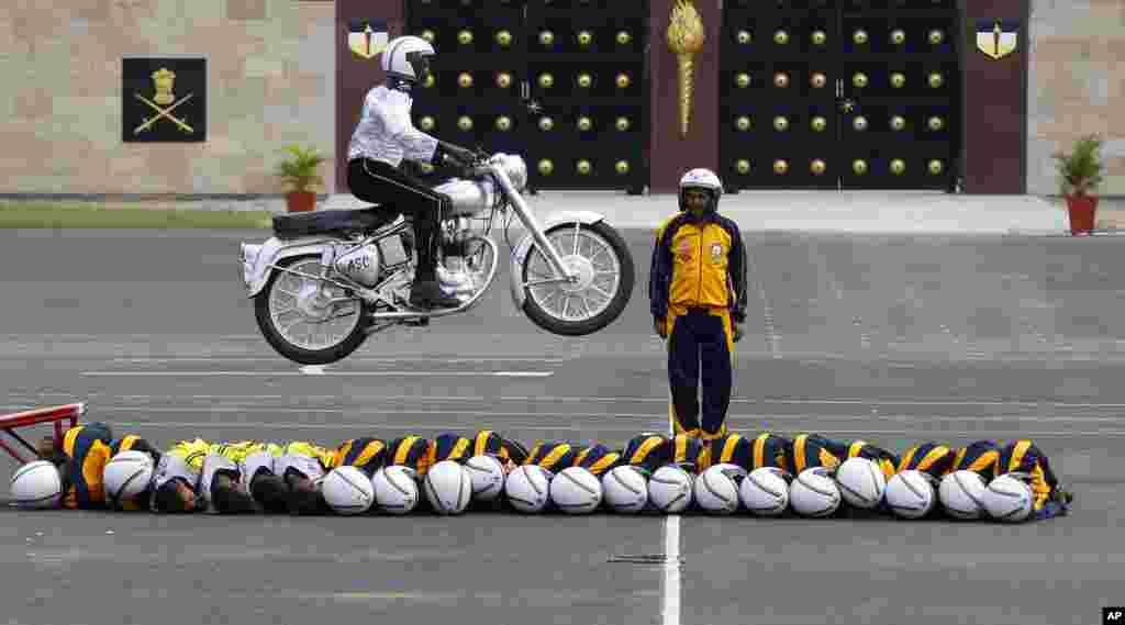 인도 방갈로르에서 열린 육군 창설 225주년 기념 행사에서 육군 오토바이 시범부대원들이 시범을 선보이고 있다.