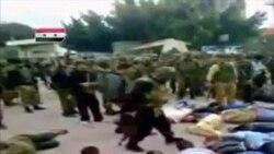 در این تصویر که از یک ویدئوی آماتور در درعا برداشته شده مردانی را مشاهده می کنید که با دستان بسته روی زمین دراز کشیده اند