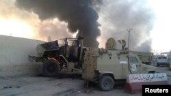 10일 이라크 북부 도시 모술에서 급진 수니파 무장단체의 공격을 받은 정부군 차량에서 검은 연기가 피어오르고 있다.