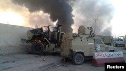 Kendaraan militer Irak hancur dalam pertempuran di Mosul (10/6). Mosul dan Tikrit kini dikuasai oleh militan Islamis Irak.