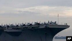 Tàu sân bay USS Ronald Reagan trong một chuyến thăm tới vịnh Manila, Philippines.