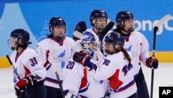지난해 2월 평창 동계올림픽에 출전한 남북 여자하키 단일팀 선수들이 스웨덴과의 경기에서 6대 1로 패한 뒤 서로를 위로하고 있다.