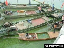 搜集蓝藻的船只(吴立红拍摄)