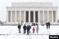 Turistas visitan el Monumento a Lincoln en Washington D.C, en medio de la primera tormenta invernal de 2019. Foto: Reuters/Mike Theiler. Domingo, enero 13 de 2019.