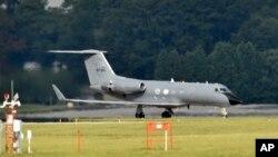 Pesawat yang membawa pasien Ebola AS mendarat di pangkalan udara Dobbins di Marietta, Georgia (foto: dok).