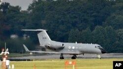 Un avión especial transporta un paciente con ébola en la Base Aérea de Dobbins, en Atlanta, donde ha sido llevado un nuevo paciente que podría estar infectado con el virus.