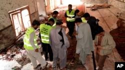 Cледователи и сотрудники службы безопасности в мечети. Шикарпур, Пакистан, 30 января 2015.