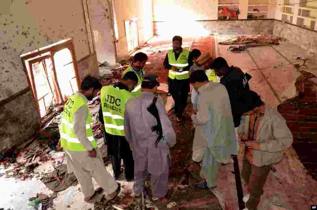 دھماکے سے مسجد کی چھپ منہدم ہو گئی تھی جب کہ قریبی عمارتوں کو بھی شدید نقصان پہنچا۔