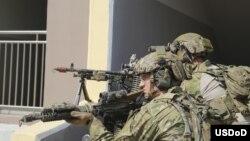 지난 2016년 2월 한국에서 열린 미·한 특수부대 연합훈련에서 미 제1공수특전단 대원들이 M-240 기관총을 설치하고 있다.
