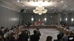토니 블링컨 미국 국무장관과 정의용 한국 외교장관, 모테기 도시미쓰 일본 외무상이 5일 영국 런던에서 만나 한반도 문제 등 3국간 협력 방안을 논의했다.