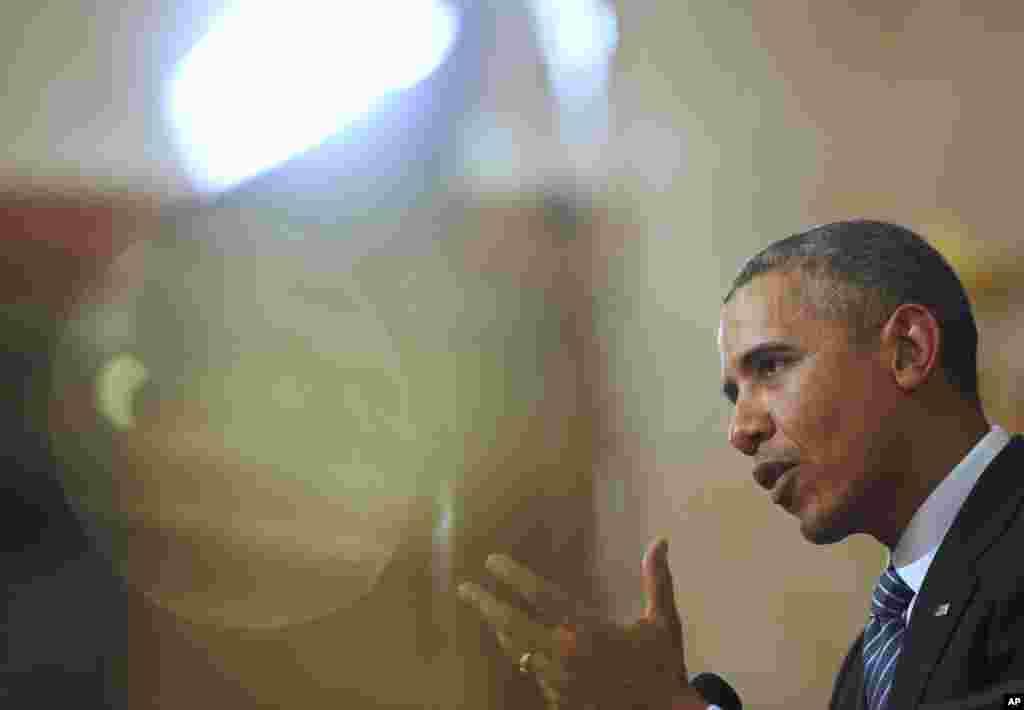 25일 한국을 국빈 방문 중인 바락 오바마 미국 대통령이 박근혜 한국 대통령과 정상회담 후 공동기자회견에서 기자들의 질문에 답하고 있다.