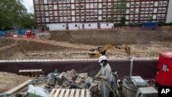 지난 4월 스페인 마드리드에서 노동자가 건설 현장에서 작업하고 있다.