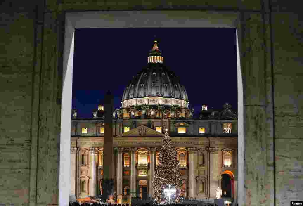 Pohon Natal dinyalakan di Vatikan dalam sebuah upacara di Lapangan Santo Petrus, Vatikan.