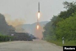 김정은 북한 국무위원장이 인민군 전략군 화성포병부대들의 탄도로켓 발사 훈련을 현지에서 지도했다고 북한 관영 `조선중앙통신'이 6일 보도했다.