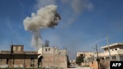 Dim iznad delova Idliba posle vazdušnog napada sirijskih snaga