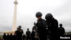Polisi brigade mobil disiagakan untuk melakukan pengamanan menjelang Natal dan Tahun Baru di Jakarta dan berbagai kota di Indonesia (Foto: Reuters).