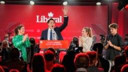 Le Premier ministre libéral du Canada Justin Trudeau, accompagné de sa femme Sophie Gregoire et de leurs enfants, salue des partisans à Montréal, Québec, Canada, 21 septembre 2021.
