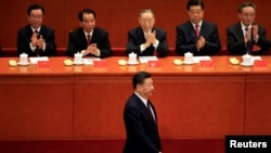 中共总书记习近平在北京人大会堂召开的中共十九大开幕式上走向讲台发表他的报告。 (2017年10月18日)
