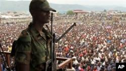 Seorang tentara pemberontak M23 dalam sebuah rally di depan ribuan warga Kongo (21/11/2012). Pasukan perdamaian PBB bentrok dengan kelompok M23 dan pertempuran antara tentara Kongo dengan gerakan M23 memasuki hari ke-3.