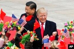 도널드 트럼프 미국 대통령과 시진핑 중국 국가주석이 9일 정상회담이 열린 베이징 인민대회당으로 들어가면서 시민들의 환영을 받고 있다.