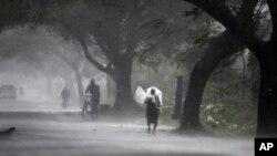 Mưa lớn đã bắt đầu trút xuống khu vực ven biển và bầu trời gần như tối đen vào giữa trưa ở thành phố Bhubaneshwar, thủ phủ của tiểu bang Orissa, nằm cách bờ biển chừng 100 kilo mét.