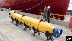 Kendaraan pencarian bawah laut siap ditempelkan ke kapal Ocean Shield untuk mencari pesawat Malaysia Airlines yang hilang di Perth, Australia (30/3).