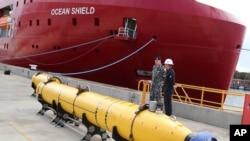 """Chiến hạm Ocean Shield của Australia đang trên đường đến vùng tìm kiếm với máy móc của Mỹ có thể phát hiện tiếng """"ping"""" phát đi từ máy ghi âm chuyến bay."""