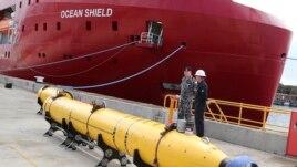 Một chiếc xe tìm kiếm khảo sát dưới nước được chuẩn bị đưa lên tàu để hỗ trợ việc tìm kiếm chuyến bay MH370 bị mất tích.