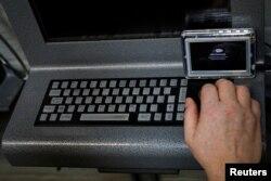 Seorang napi menghubungkan perangkat tablet JPay-nya ke kios di dalam Penjara Negara Bagian East Jersey di Rahway, New Jersey, AS, 12 Juli 2018. (REUTERS/Brendan McDermid)