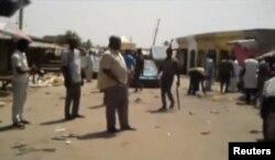 نائجیریا کے قصبے موبی میں خودکش حملے کے مقام پر لوگ امدادی کاموں کے لیے جمع ہیں۔
