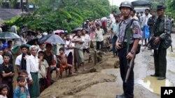 Pasukan keamanan Burma melakukan penjagaan di kamp pengungsi muslim Rohingya di Sittwe, ibukota negara bagian Rakhine di Burma barat (foto: dok).