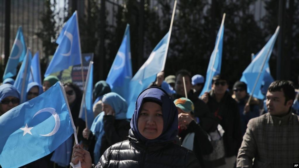 資料照維吾爾人和他們的支持者在紐約聯合國總部附近舉行示威抗議中國政府的監控(2018年3月15號)