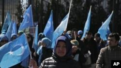 資料照 維吾爾人和他們的支持者在紐約聯合國總部附近舉行示威抗議中國政府的監控(2018年3月15號)