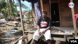 Un hombre intenta levantar su vivienda que fue arrasada por Eta en la Costa Caribe de Nicaragua. Foto Houston Castillo, VOA.
