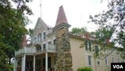 Rumah Clara Barton yang dijadikan kantor pusat Palang Merah Amerika sekaligus asrama staf dan tempat penyimpanan perlengkapan bantuan penyelamatan pada dasawarsa 1880-an..