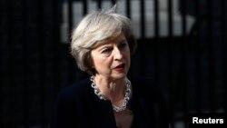영국의 테레사 메이 신임 총리가 13일 런던 총리 관저 앞에서 국정 운영 계획을 밝히고 있다.