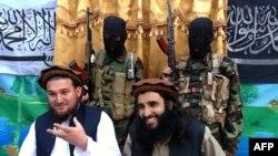 تصویر میں بائیں جانب ٹی ٹی پی کے سابق ترجمان احسان اللہ احسان کے فرار ہونے پر بھی سیکیورٹی اداروں کو تنقید کا سامنا ہے۔