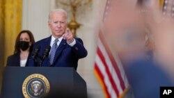Predsjednik Joe Biden i potpredsjednica Kamala Harris tokom konferencije za štampu o dvopartijskom zakonu o infrastrukturi, u Bijeloj kući, 10. avgusta 2021.