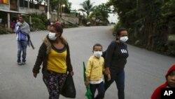 Unos 2.000 migrantes hondureños que esperan llegar a Estados Unidos entraron a Guatemala a pie el jueves, pero el presidente guatemalteco Alejandro Giammattei prometió detenerlos y devolverlos a sus países de origen.