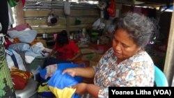 Seorang pengungsi perempuan di tempat penampungan di Petobo, Palu Selatan. Banyak pengungsi dan aktivis perempuan menyerukan pendirian tempat penampungan pengungsi dan hunian sementara yang memahami kebutuhan khusus perempuan untuk mencegah terjadinya aks