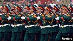 Tentara Vietnam berbaris di lapangan Ba Dinh di Hanoi dalam suatu parade militer (Foto; dok). Vietnam menyatakan akan mulai berpartisipasi dalam operasi penjaga perdamaian PBB mulai awal tahun depan.