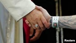 El papa Francisco llegó al centro correccional Curran-Fromhold, donde se reunió con unos 95 presidiarios y sus familias.