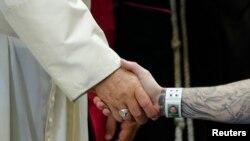 Le pape François sert la main à un prisonnier au centre correctionnel de Curran-Fromhold, à Philadelphie, aux Etats-Unis, 27 septembre 2015.