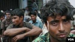129 pengungsi Islam Birma duduk di tempat penampungan di Kreung Raya, propinsi Aceh.